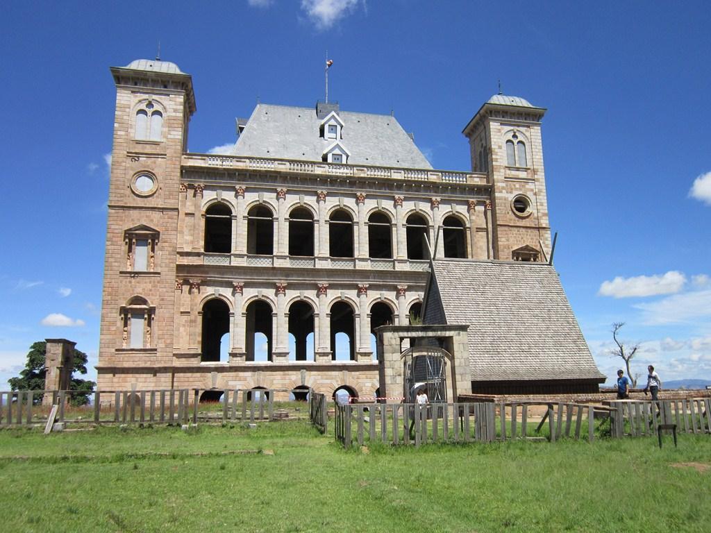 Le palais de la reine devenir soi m me for Maison traditionnelle malgache